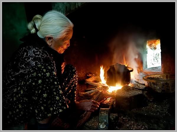 """ke lai ki niem voi ba - MS169 - Vào vai người cháu trong bài thơ """"Bếp Lửa"""" của Bằng Việt. Em hãy kể lại kỉ niệm về những tháng năm sống bên bà."""