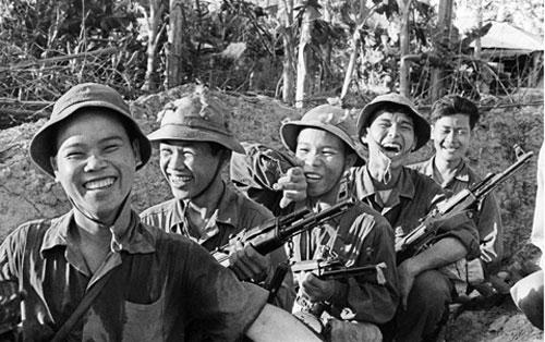 hinh anh nguoi linh - MS323 - Hình ảnh người lính trong kháng chiến chống Pháp và chống Mĩ qua hai bài thơ Đồng chí và Bài thơ về tiểu đội xe không kính